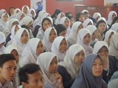 Para siswa dan siswi kelas 12 SMK Negeri 14 Bandung mendengarkan presentasi dari FabLab Bandung