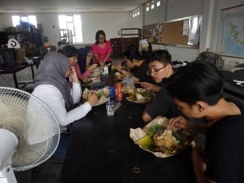 Istirahat bersama dengan menyantap makan siang bersama