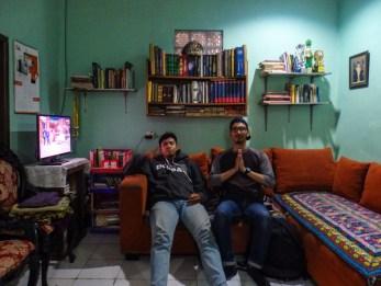 Azmil dan Ghifari, Volunteer angkatan 2 beristirahat sejenak di living room