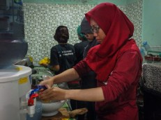 Ambarina, intern bagian HR turut bergabung menyiapkan makan malam di dapur