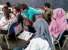 Para peserta lagi pada sibuk bikin motif batik nih.