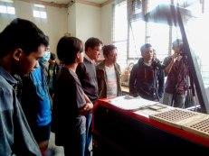 Penjelasan tentang mesin laser cut ke para peserta.