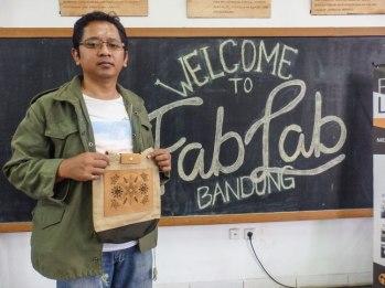 Pak Afif yang dateng langsung dari Jakarta dan hasil motif batiknya.