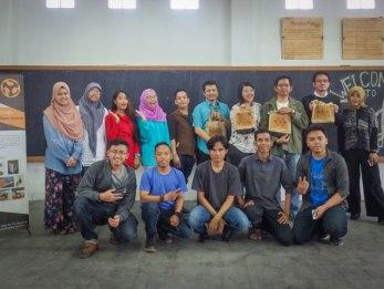 Foto bersama peserta dan para volunteer FabLab.