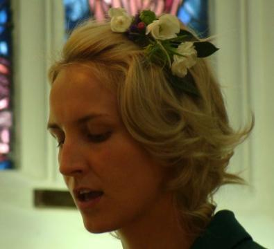 Flowers on a comb wedding look