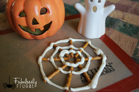 Super fun treat for the Halloween party at school! Oreo Spiders and Chocolate Pretzel Spider Webs!
