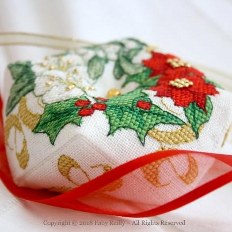 Christmas Wreath Biscornu FRD03