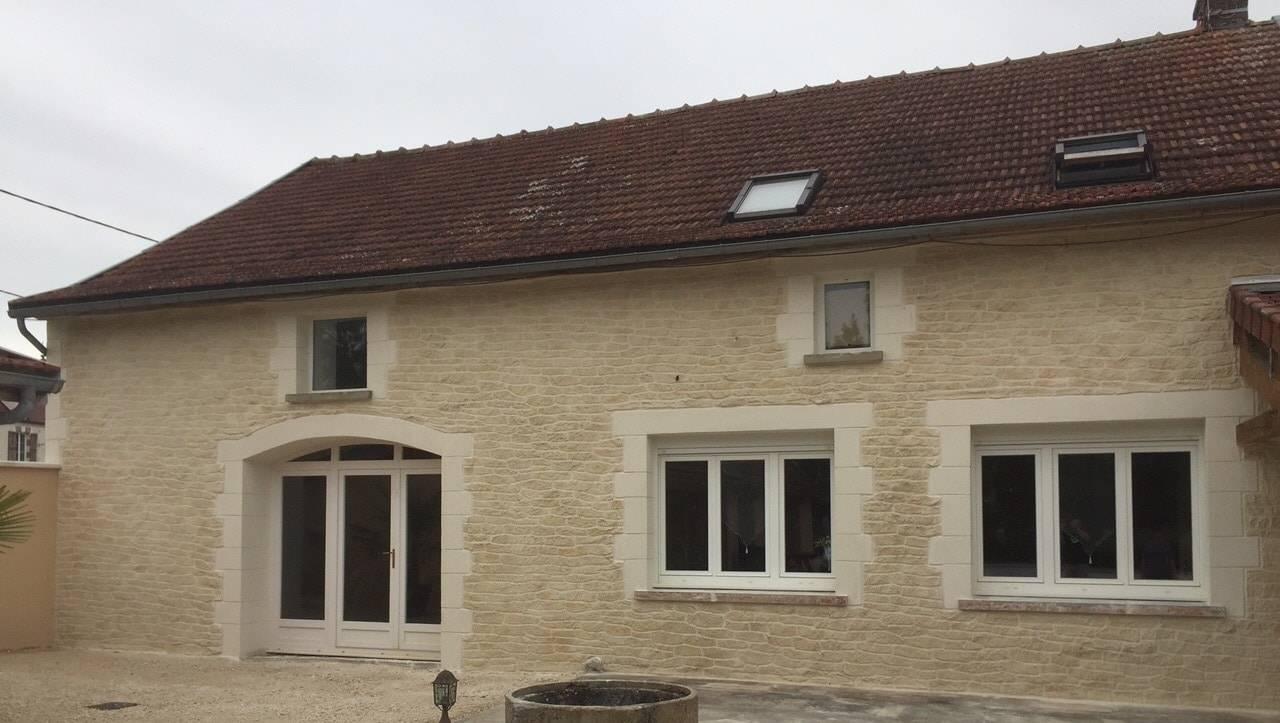 rénovation façade en enduit décoration pierre