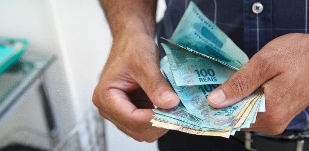 Resultado de imagem para dinheiro na mão