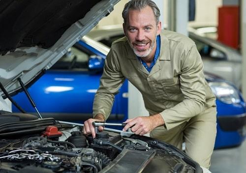 Homem sorrindo usando sistema oficina mecanica