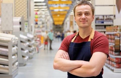 vendedor sorrindo loja de materiais de construção
