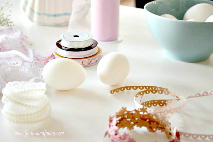Easter eggs, Easter egg ideas, Easter egg painting, egg decorating, shabby chic easter, shabby chic easter eggs, how to color eggs, pretty Easter eggs, how to dye Easter eggs, beautiful Easter eggs, natural egg dyes, natural egg decorating,