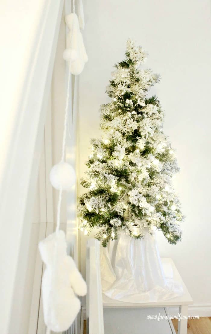 All white Christmas Banner, an easy DIY Christmas decorations.