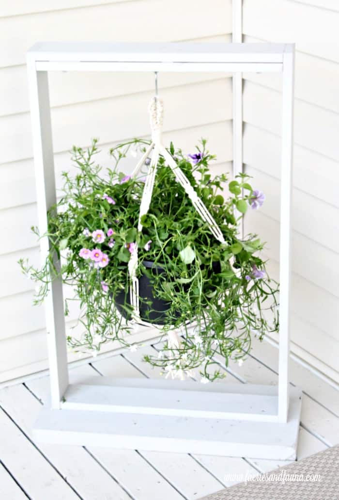 DIY Wood Hanging basket for the front step. DIY Planters, DIY Pot hangers, DIY Hanging Pots, DIY Hanging flower pot, DIY outdoor hanging planter.