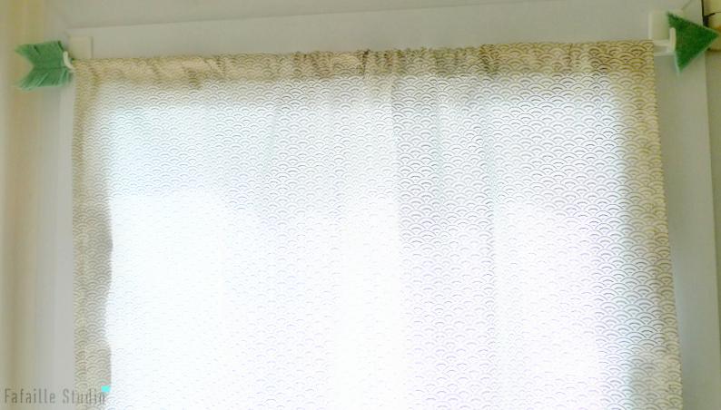 petite couture rideau tout simple et tringle fantaisie. Black Bedroom Furniture Sets. Home Design Ideas