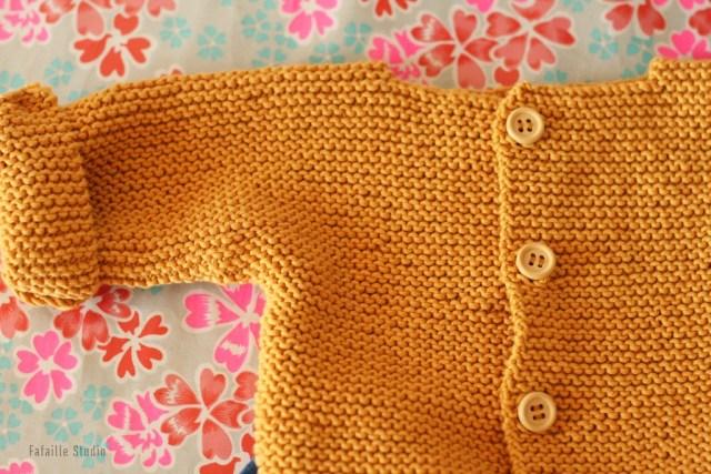 Boutons en bois sur gilet tricoté main