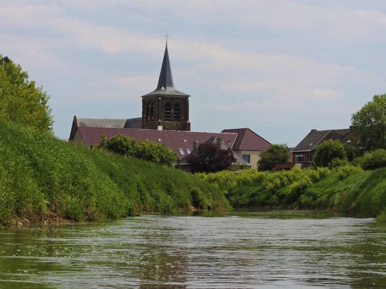 Zicht op de kerktoren van Zichem vanuit de packraft op de Demer