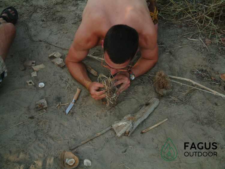 Mathias Michielsen, oprichter van Fagus Outdoor, maakt vuur met vuurboog in Tanzania