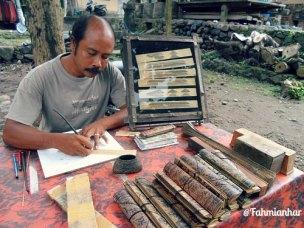 Ukiran Lontar Desa Adat Tenganan Pegringsingan Karangasem Bali