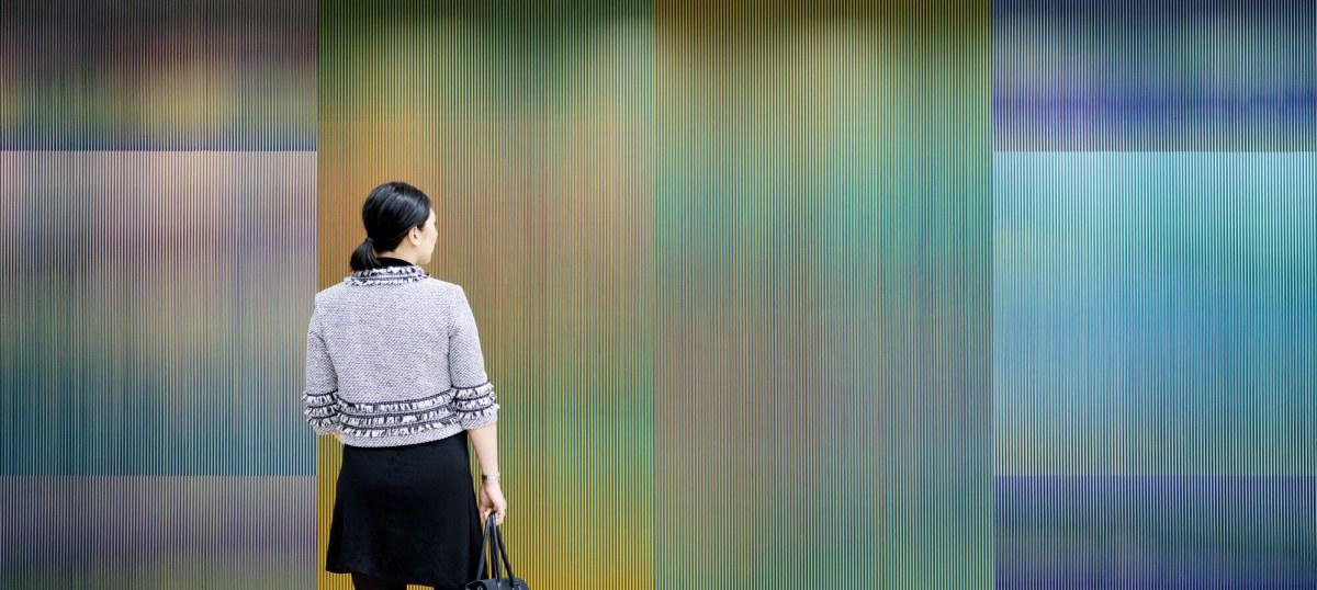 Mujer frente a pieza de Carlos Cruz-Diez