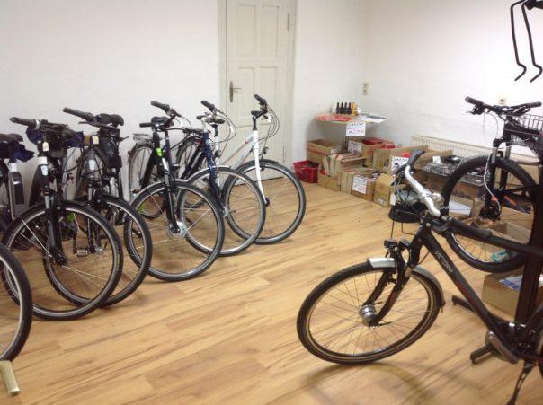 Teure Fahrräder vor der Resterampe