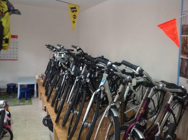 eng gestellte Fahrräder mit Potenzial im Hintergrund