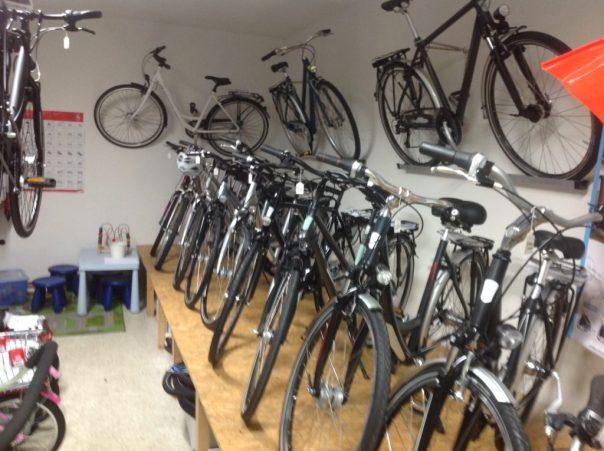 drei Fahrräder an der Wand - mehr Platz für die anderen Fahrräder