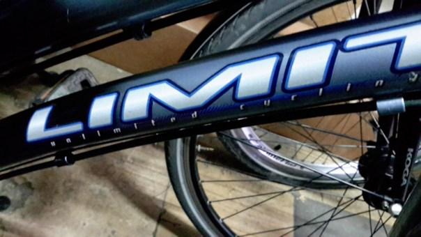 """Fahhradrahmenrohr mit der Aufschrift """"Limit - unlimited cycling"""""""