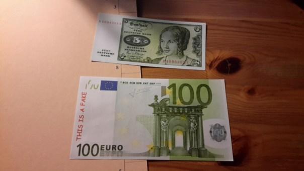"""Notizzettel """"5 Deutsche Mark"""" und """"100 €"""""""