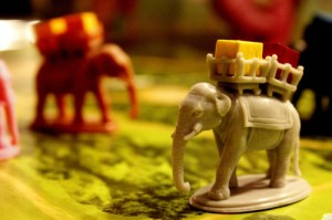 Il y a aussi des éléphants de transport commercial. There are also freight elephants.