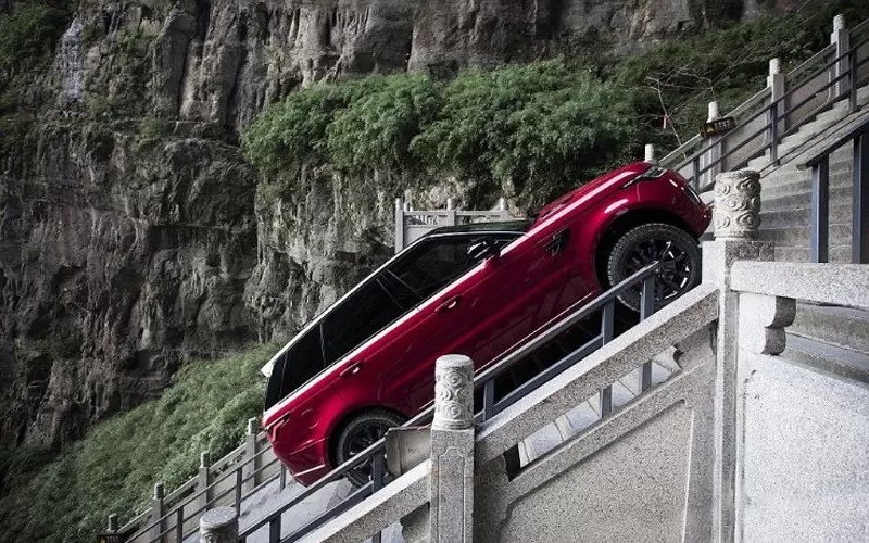 Range-Rover-E-climbing-999-Stairs-of-China's-Heaven-Gate