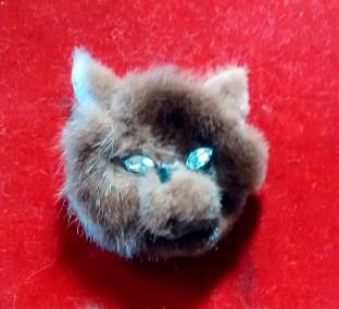 Fur brooch cat1
