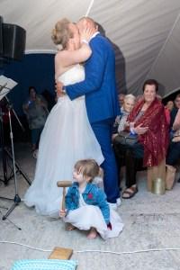 Het bruidskindje bezegelde de kus van haar ouders met een klop met de oude veilinghamer