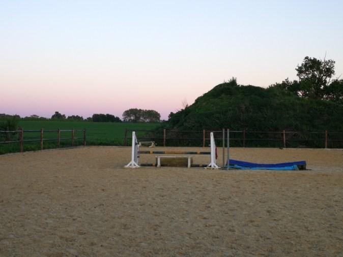 De piste en berg zand die omgetoverd zouden worden tot een prachtige plek voor de ceremonie van dit western huwelijk.