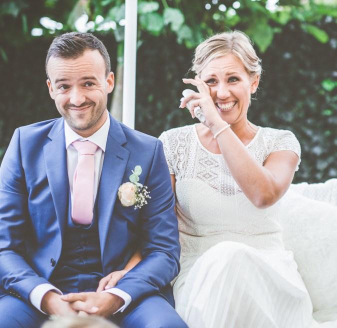 Koppel tijdens huwelijksceremonie
