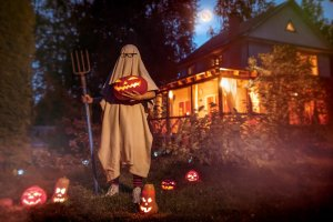 Read more about the article 31 Simple And Cheap Halloween Decorations