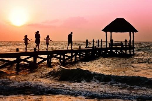famille sur un ponton coucher de soleil
