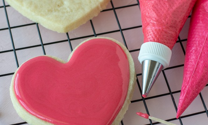 How to outline and flood sugar cookies.