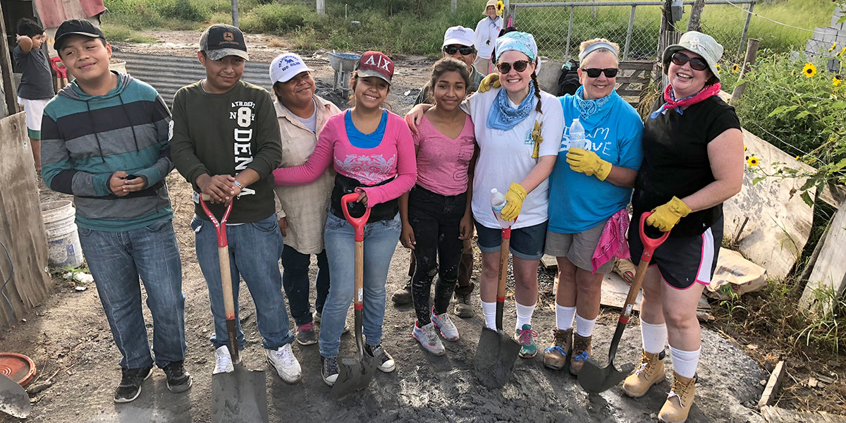 Teamwork to mix mezcla to build a house in Reynosa