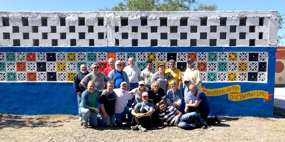 A team from Indiana in front of the mural they painted in Naranjito