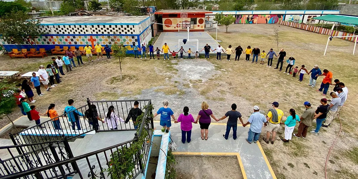 A group prayer in Naranjito