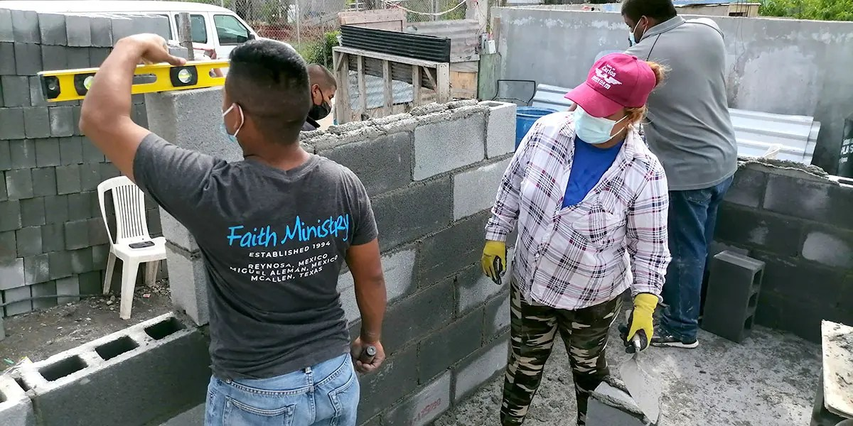 The staff and volunteers laying blocks at Casa 4 in Reynosa Mexico