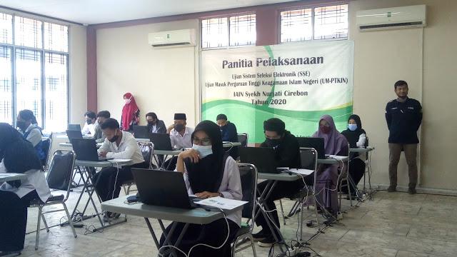 PARA CALON mahasiswa baru IAIN Cirebon sedang melaksanakan Ujian Mandiri yang diadakan sesuai protokol kesehatan.* (Foto: Indah/FC)
