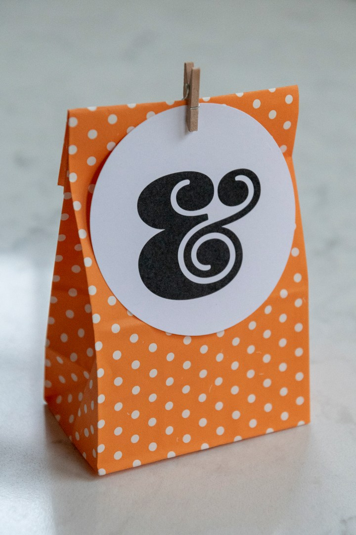 Free Printable Black and White Ampersand Gift Tags