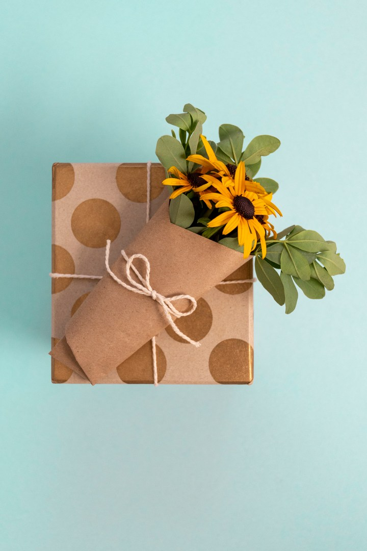 Rustic Gift Wrapping With Fresh Flowers