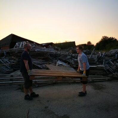 genbrug-far-og-søn-henter-paller