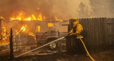 Жители города в Калифорнии и пожарные пострадали от огня