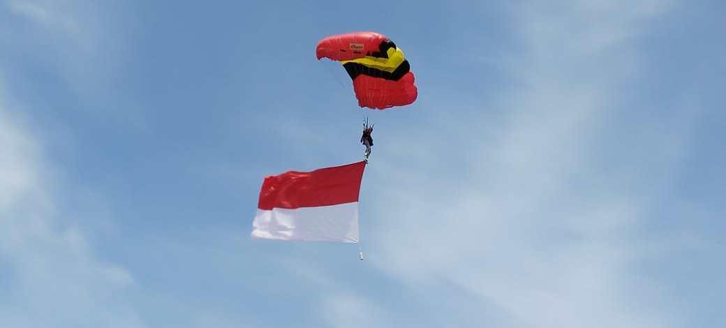 Bidadari Turun dari Langit, Dua Wanita TNI AD Meriahkan Atraksi Terjun Payung di Hari Jadi Kabupaten Cilacap ke – 163