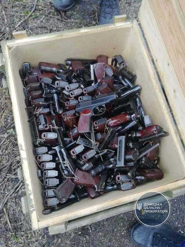 1,6 тыс. гранат и гора патронов. В прифронтовой зоне наткнулись на огромный «схрон» (+фото)
