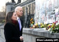 Тодішній віцепрезидент США Джо Байден і журналістка Мирослава Гонгадзе під час вшанування Героїв Небесної сотні. Київ, 21 листопада 2014 року